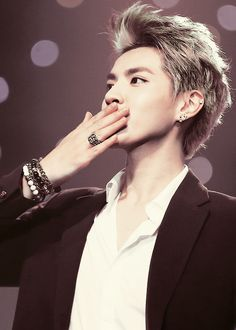 "Kris: ""A kiss to all the beautiful ladies out there"" ♡ XD"