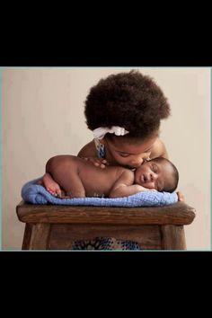 Pide a tu hijo mayor que te ayude en los cuidados de su hermanito, esto ayudará a fortalecer el vínculo entre ellos.