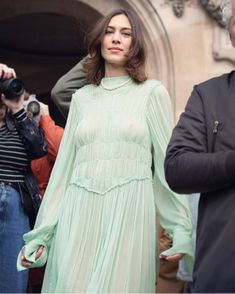 2019 has seen the rise of the blunt bob, with all of our favourite celebrities. Alexa Chung, Jeanne Damas, Grow Out, Biker Girl, Pistachio, Color Trends, Hair Trends, Hair Cuts, Shirt Dress