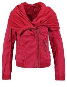 Khujo Jewel Chaqueta Fina Dahlia Red Las Chaquetas De Mujer Son Un Imprescindible Las chaquetas de mujer son un imprescindible más a la hora de crear outfits de oficina, aunque también se desenvuelven a la perfección en estilismos sport-chic e inclusive en looks de fiesta.