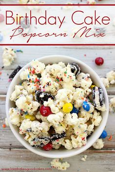 This Birthday Cake Popcorn Mix is a fun snack idea for parties, your favorite movie or just because! It gets its birthday cake flavor from cake mix, candies and Oreo& - with a combo like that, you know it& good! Yummy Snacks, Yummy Treats, Delicious Desserts, Sweet Treats, Yummy Food, Birthday Cake Popcorn, Birthday Cake Flavors, Birthday Recipes, Cake Birthday