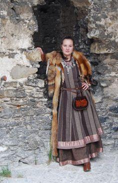 Othalacraft - Medieval cloths - About me - Othala Craft Viking Garb, Viking Reenactment, Viking Dress, Norse Clothing, Renaissance Clothing, Historical Clothing, Viking Life, Viking Woman, Larp