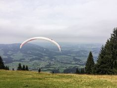 Wo kannst Du #Paragliden im #Bregenzerwald?    #Österreich #Reisetipps #vorarlberg #reisen #urlaub #sommerurlaub #tipps Hotels, In This Moment, Mountains, Nature, Summer, Travel, Parapente (paragliding), Summer Vacations, Travel Advice