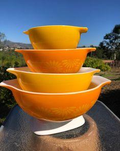 Pyrex Set, Pyrex Bowls, Vintage China, Retro Vintage, Vintage Pyrex Dishes, Country Style Outfits, Daisy Pattern, Vintage Kitchen, Kitchenware