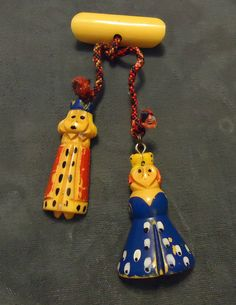 Martha Sleeper King & Queen Bakelite Charms on Bar Pin, 1930s-40s. #vintage #jewelry #brooches