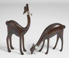 Peru - VICUÑAS  Estilizada representación de la vicuña, símbolo patrio peruano que representa la fauna autóctona del Perú, muy valorado internacionalmente por su finísima lana. Talladas a mano en selecta caoba de origen peruano con aplicaciones de plata 925.