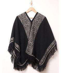 Die Eleganz dieses Alpaka Ponchos ist nicht zu übertreffen. Er ist unverzichtbarer für jeden, der zeitloses Design verbunden mit höchstem Kunsthandwerk sucht. Die Muster sind Jahrtausende alt, da sie seit der Inkazeit tradiert sind.
