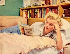 """""""Marilyn Monroe reading Walt Whitman's Leaves of Grass >"""" Fotos Marilyn Monroe, Marylin Monroe, Walt Whitman, Susan Strasberg, Personal Library, History Class, Art History, Norma Jeane, Lectures"""