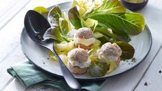 Gelungener Auftakt für ein festliches vegetarisches Menü: Gefüllte Mini-Windbeutel mit Ziegenfrischkäse und Wintersalat   http://eatsmarter.de/rezepte/gefuellte-mini-windbeutel