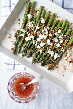 Paahdettua pistaasi-parsaa ja fetamuruja