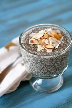 Coconut-Almond Chia Seed Pudding 1 and cups almond milk 1 and cups coconut milk beverage (I used So Delicious dairy-free brand) 3 tablespoons agave nectar cup chia seeds For topping: toasted sliced almonds, shredded unsweetened coconut Healthy Desayunos, Healthy Treats, Healthy Recipes, Healthy Living, Coconut Chia Seed Pudding, Chia Pudding, Tapioca Pudding, Lchf, Keto