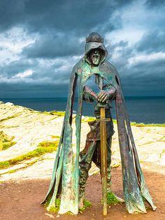 "King Arthur - sculpture ""Gallos,"" overlooking the Atlantic Ocean on the cliffs of Tintagel. Fantasy Kunst, Fantasy Art, Roi Arthur, Sculpture Metal, Abstract Sculpture, Land Art, Public Art, Metal Art, Garden Art"