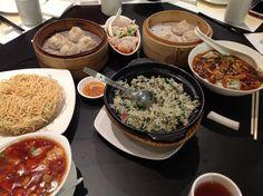 感謝Rachel、Edward和Angel的招待,這間融合港式和上海菜色的餐館,每道菜都充滿驚喜,有酸辣湯雲吞、菜飯、小籠包和炸的酥脆的海鮮糖酷麵,餐點美味,人自在,感謝你們的款待。