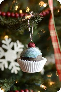 Cupcake Ornament It's time for everybody to get the ornaments and enhance the home for Christmas. You all the time need your own home with fairly decorations on Christ. Ribbon On Christmas Tree, Christmas Gift Baskets, Cool Christmas Trees, Christmas Tree Themes, Christmas Gifts For Mom, Christmas Tree Toppers, Diy Christmas Ornaments, Simple Christmas, Beautiful Christmas
