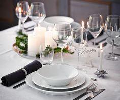 Borddækning - Bliv inspireret - DEN STILRENE JUL - Med Royal Copenhagens hvidriflede stel får du ikke mindre end et helt igennem elegant og stilfuldt julebord.  Kombiner stellet med nuancer i sølv og sorte servietter for at ramme den helt stilrene borddækning. #inspirationdk #borddækning