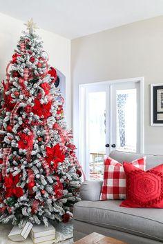 Christmas Tree Game, Flocked Christmas Trees Decorated, Different Christmas Trees, Christmas Tree Decorating Tips, White Christmas Tree Decorations, Colorful Christmas Tree, Christmas Mantels, Beautiful Christmas, Holiday Decor