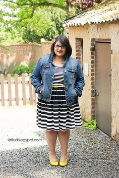 Now these horizontal stripes make sense - darker through midsection, narrow stripes on bodice and more white towards the hem. Makes waist look quite slim.