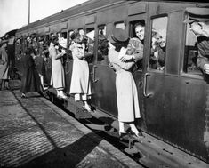 Sweethearts embrace, Britain, WWII