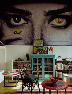 Стул и ковер в этой гостиной – работы марокканских мастеров и куплены на местном рынке. Но настроение задают не они, а огромная картина ирак...