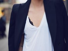 sutiã preto de renda com blusa branca