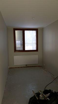 Pienempi makuuhuone valmis seinien ja katon nauhoituksen, ylitasoituksen, hionnan, pohjamaalauksen, kahden pintamaalikerroksen, patterin maalauksen jälkeen. Lattian päällystäminen jäi toiselle yritykselle.