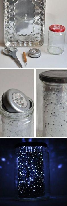 No necesitas más que un frasco, una luz de pila y una charola de aluminio para tener la lámpara más etérea del universo. | 18 Increíbles formas para decorar tu casa si amas las estrellas
