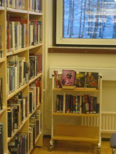 Taas omituisia pieniä hyllyjä ympäri kirjastoa. Järjestelty ilmeisesti musiikki ja siihen liittyvä tietokirja vierekkäin tilaan. Sama juttu elokuvakirjallisuudella ja dvd elokuvilla. Onko tämä paras mahdollinen tapa. Itse en osaisi etsiä kirjoja ihan eri paikasta kuin kaikki muut tietokirjat.