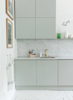 interior design for open kitchen with dining Kitchen And Bath, New Kitchen, Kitchen Decor, Green Kitchen, Kitchen Colors, Bright Apartment, Scandinavian Kitchen, Scandinavian Style, Cuisines Design