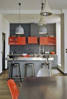 La cuisine grise joue avec la couleur pour faire sa déco. La cuisine se fait design en gris et rouge ou avec du blanc, moderne avec du noir, industrielle avec des nuances de gris et du bois