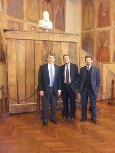David Sandalow con Federico Testa e Roberto Benato sotto la Cattedra di Galileo, che insegnò per lungo tempo all'Università degli Studi di Padova.  La leggenda vuole che l'illustre fisico insegnasse proprio da questa struttura.