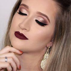 Muito amor ❤️❤️❤️ Semi cut crease delicado com delineado gatinho + batom vinho, não tem como não se apaixonar!! 😍😍😍 (Batom Bettie da @felicittalooks) . . . #maquiagem #mua #makeup #maccosmetics #mac  #brazilianmua #maquiagembrasill #maquiagembrasil #kryolan #universodamaquiagem_oficial #lfl #instamake #makeupartist #makeupartistsworldwide #pausaparafeminices #lehpequeno #lehpequenomakeup #vegas_nay #hudabeauty #igmaquiagens #maquiadora #urbandecay #brian_champagne  #ilisandrimakeup…