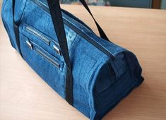 DIY Upcycle Old Jeans Into A Beautiful Zippered Bag, DIY BAG TUTORIAL. If you have the old jeans here is good DIY suggestion of them transforming: the jeans bag. Denim Backpack, Denim Purse, Diy Jeans, Jean Crafts, Denim Crafts, Artisanats Denim, Jean Diy, Diy Bags Tutorial, Denim Ideas