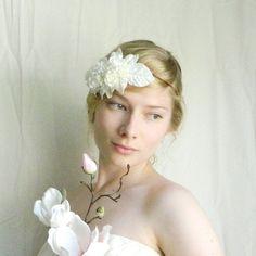 Нежные белые цветы для свадебной прически