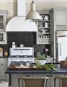 cuisine campagne chic en gris et beige crédence de peinture ardoise Ideas Para Organizar, Beautiful Homes, Architecture, Kitchen, Grande, Design, Home Decor, Industrial, Couture