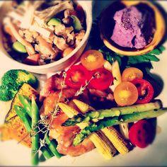 今日の晩ごはん  チキンと野菜のグリル  炊き込み御飯なので、和風ニンニク醤油のソースで☆  ポテトサラダは、シャドークイーン という紫色のジャガイモを使いました  美味しそうに見えないけど、割と美味しいよ(^^)  紫が入ると秋っぽくなる気がします♫ - @huec03- #webstagram