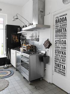 I köket spis från Smeg, köksfläkt Thermex. Vägglampor, Ikea. Foto: Benedikte Ugland