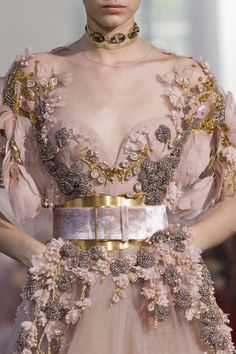 commited one war crime — glowdetails: details @ elie saab fall 19 couture Couture Fashion, Runway Fashion, High Fashion, Fashion Show, Fashion Outfits, Fall Fashion, Couture Details, Fashion Details, Fashion Design
