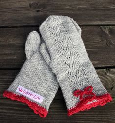 "Leva Livet Lyxigt: Syster Lyx - gloves with crochet edge (inspiration from the book ""Sticka mera"" from Paula Hammerskog & Eva Wincent) Vilka fina julvantar - vill ha! Knit Mittens, Knitted Gloves, Knitting Socks, Free Knitting, Knitting Patterns, Wrist Warmers, Hand Warmers, Fingerless Mitts, Knitting Accessories"