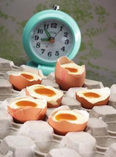 Eitje van witte chocolademousse en mango http://njam.tv/recepten/eitje-van-witte-chocolademousse-en-mango