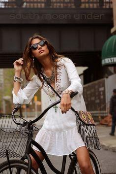 Boho Look  Vestido branco, bolsa com franjas e acessórios Boho Chic