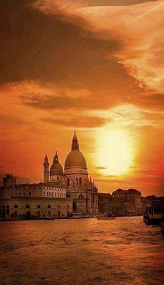 Atardecer sobre el Gran Canal en Venecia, Italia