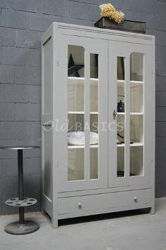 Vitrinekast 10170 - Unieke oude houten vitrinekast met een grijze kleur. De ast heeft een speelse vakverdeling op de deuren, achter de deuren drie vaste legplanken.