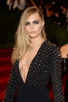 Cara Delevingne Photos - Cara Delevingne attends the Costume Institute Gala for the 'PUNK: Chaos to Couture' exhibition at the Metropolitan Museum of Art on May 2013 in New York City. - Red Carpet Arrivals at the Met Gala Home Fashion, Fashion Beauty, Miranda Kerr, Nicki Minaj, Britney Spears, Kim Kardashian, Smokey Eyes, Punk Princess, Asymmetrical Hairstyles