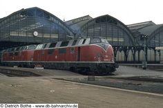 220 015 und 220 018 stehen mit E 3025 zur Abfahrt nach Hamburg bereit. 1981.