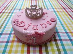 Girl birthday cake with wilton tiara  https://www.pinterest.com/i0676/how-to-easy-tiara-of-fondant/