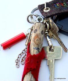 Für Autoschlüssel (der fällt garantiert auf) oder Schranktüren, Zimmertüren oder Knöpfe, zur Deko zum Spaß was Du magst.    Aus Holz mit Filz und Sc