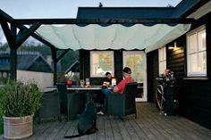 **2. OVERDÆKNING** En overdækning danner et rum på terrassen og gør det muligt at bruge terrassen langt mere – uanset om det er et skyggende løvhæng eller en tættere flade, som holder regnen væk.