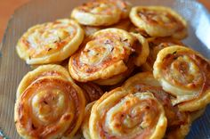 Pizza slimáky Onion Rings, Doughnut, Quiche, Food To Make, Garlic, Food And Drink, Pizza, Cooking Recipes, Sweets