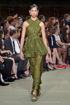 Couture Herbst 2016 Trend: Blase Hems - http://berlinmoda.com/mode/couture-herbst-2016-trend-blase-hems/