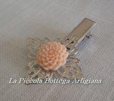 Pinzetta per capelli in metallo argentato con filigrana a fiore a quattro petali e decorata con dalia in resina crema